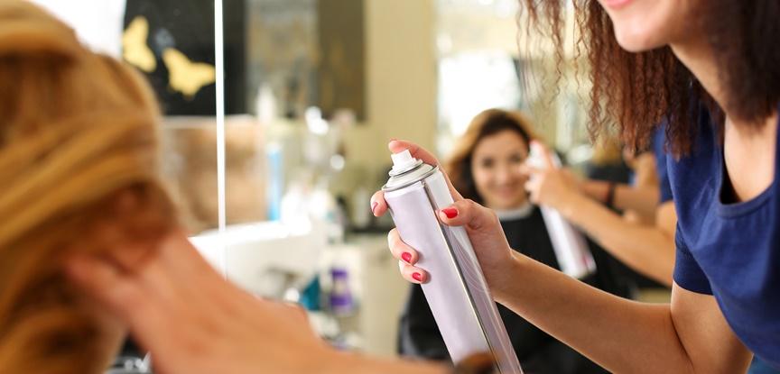 foto de mulher colocando spray no cabelo da cliente